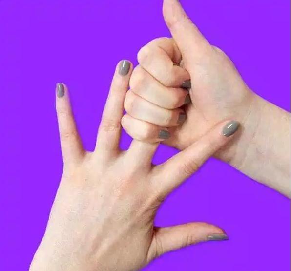 Она держит себя за палец 20 секунд. Результат просто поразительный! Средний палец: усталость и гнев