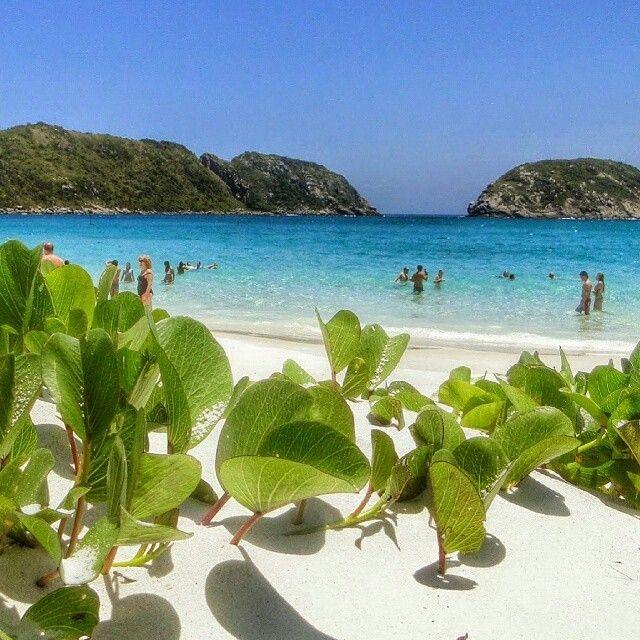 Praia do Farol, em Arraial do Cabo. Registro de @blogpesnaareia.