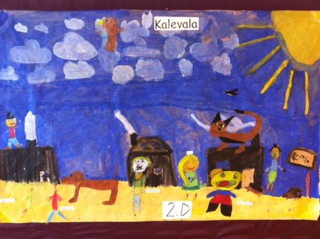 Suuri voimapaperi pohjana, jolle maalattiin pulloväreillä maisema (ryhmätyö). Hahmot piirrettiin vahaliiduilla kontaktimuoville ja liitettiin maisemaan! Mielettömön onnistunut ryhmätyö Kalevala-teemaan! (Alakoulun aarreaitta FB -sivustosta / Saara Mälkönen)