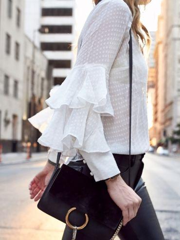 Blouse romantique + leggings en cuir = le bon mix