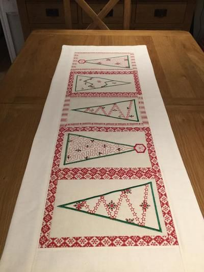 Christmas Tree Table Runner 5x7 6x10 8x12 Table Runners Sewing Embroidery Designs Christmas Tree On Table