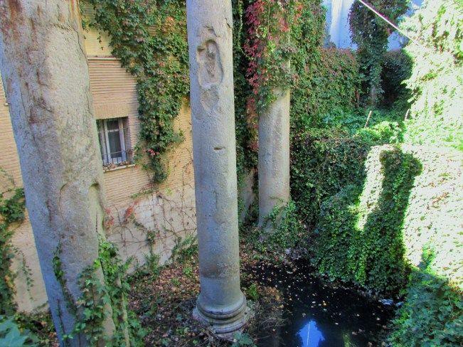 Tras modernos edificios de la Calle Mármoles, se encuentran 3 impresionantes columnas romanas. - Sevilla