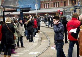 27-Mar-2014 9:43 - GEWONDEN DOOR BOTSING TRAM OP BUS AMSTERDAM. Door een botsing tussen een tram en een bus in Amsterdam zijn gisteravond laat zes mensen gewond geraakt. Dat meldt AT5. Tram 26 kwam kort voor...