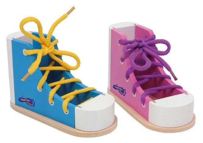 2 Strik trainings schoenen roze en blauw om op een leuke speelse manier te leren strikken en om te gaan met schoenveters.Deze set bestaat uit 2 kleurige houten schoenen voorzien van veters.    Afmeting: Strik trainings schoenen : 15 x 9 cm - Base Toys houten strik trainings schoenen
