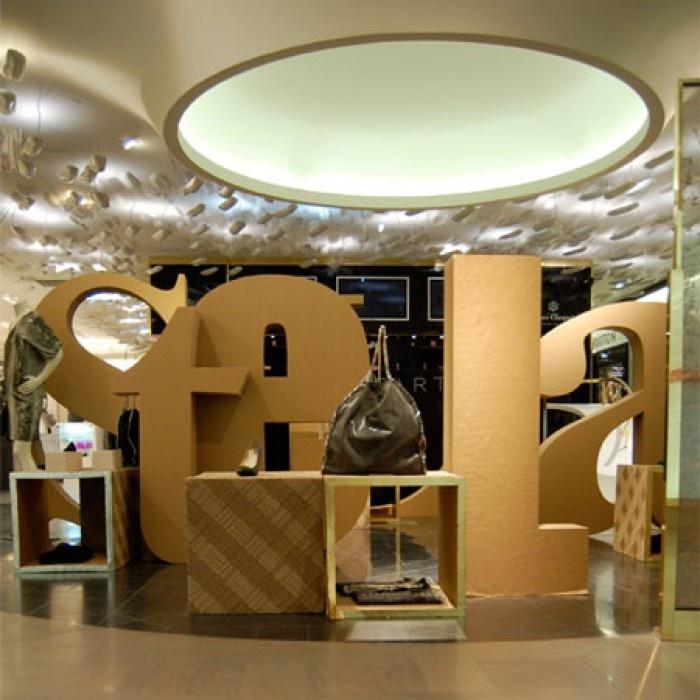 Shop-in-shop Stela Mcartney na Galleries Lafayette por Giles Miller usando papelão corrugado - via Blog da FAL    O que o atrai no material é a sua estrutura, flexibilidade e facilidade de manipulação, alem do preço baixo, é claro. Sobrepondo camadas, Giles consegue tridimensionalizar o prod...