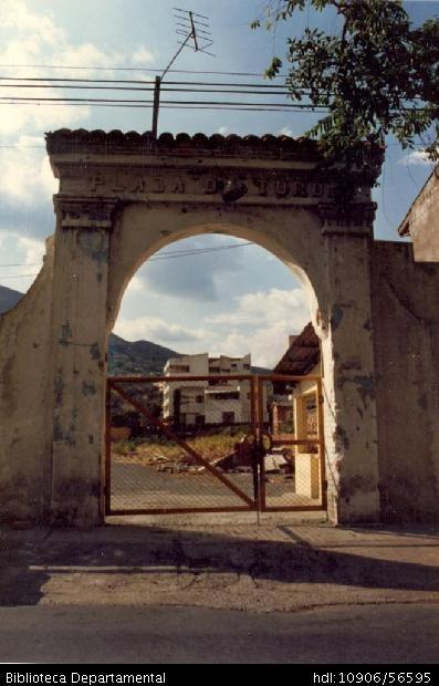 Bernardo Fajardo Solarte. Entrada de la antigua Plaza de Toros, ubicada en el Barrio Granada y B061. SANTIAGO DE CALI: Biblioteca Departamental Jorge Garces Borrero, 1993. 0.10 x 0,.
