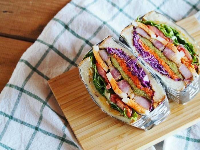 """毎日のお弁当だって、うきうき楽しく♪ピクニック気分のサンドイッチもいいですね。これからの季節、ぽかぽか暖かい日は写真のような具沢山でおいしそうな""""わんぱくサンド""""を持ってお出かけもいいですね♪"""