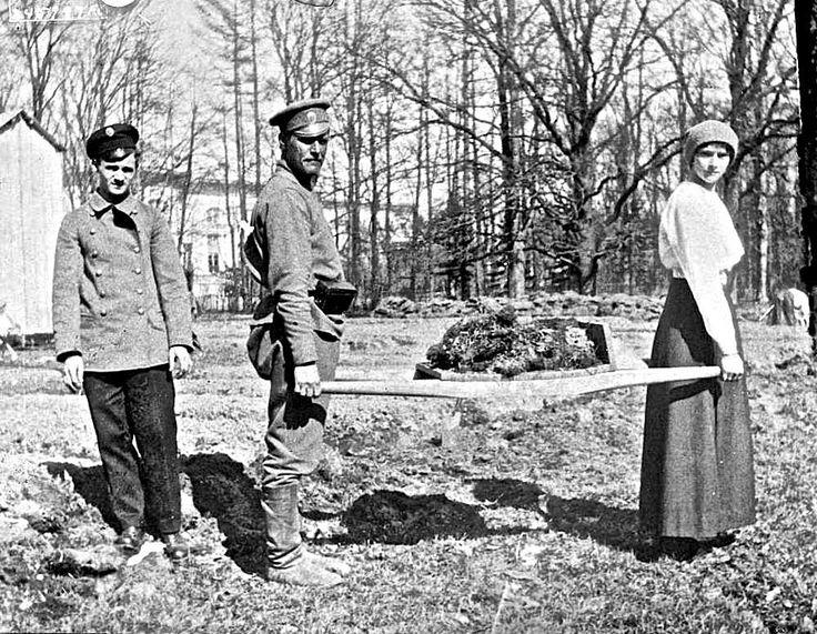 Петроград, 1918, Царское Село, толпы хлынули глазеть на царские покои. К...