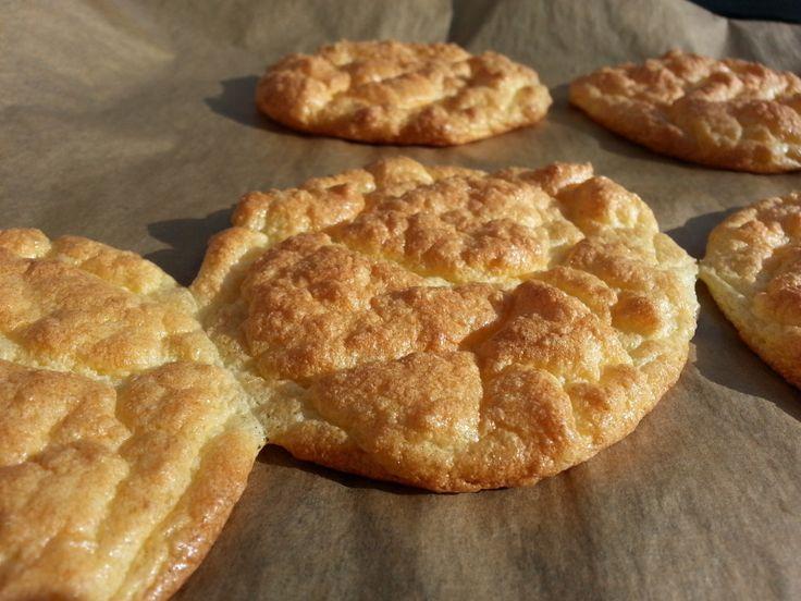 Pitabroodjes koolhydraatarm en glutenvrij   Het eten van crackers is vrij eentonig, dus ik ben blij dat ik een alternatief broodje vond. In Amerika noemen ze dit Ooopsie bread. Heel eenvoudig te maken broodjes, die je ook kunt beleggen (ik deed met kruidenkaas en sla) of als je er sesamzaadjes op doet en ze iets kleiner en hoger te maakt, kun je ze ook als hamburgerbroodje gebruiken, of je kunt er zelfs een zwitserse rol mee maken. Kortom, eindeloos veel variaties.