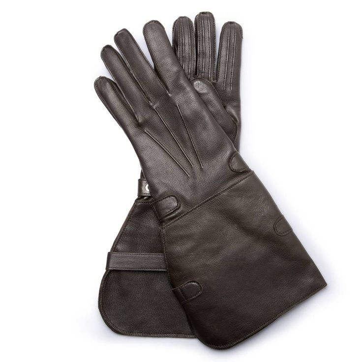 """ENG.04 HERITAGE COLLECTION Shortly after its founding, Engelmüller was showered with praise in the press of the time. There were articles about """"exquisite gloves"""" made """"from a wide variety of leathers and in entirely new designs"""". The modern version is true to the original stitching techniques. Engelmüller long motoring gloves with cuff are made from kidskin with a soft wool lining. They are characterised by an authentic cut, palm decoration and a double strap on the inward side that was…"""