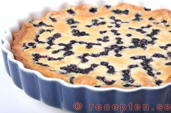 Otroligt god blåbärskladdkaka med vit choklad. Superenkelt recept på en riktigt god kladdkaka med blåbär. Bilder steg för steg.