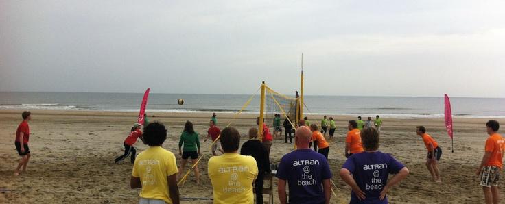 Beleef samen het gezellige #beachvolleybaltoernooi! Speel mét #collega's tégen #collega's in een onderling spannende strijd. #Bedrijfsuitje #Teamuitje http://www.wato-events.nl