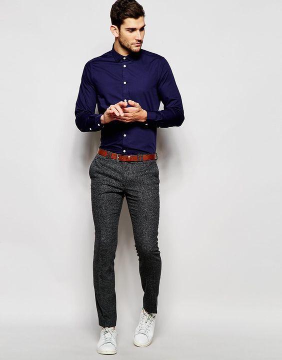Comprar ropa de este look: https://lookastic.mx/moda-hombre/looks/camisa-de-vestir-azul-marino-pantalon-de-vestir-en-gris-oscuro-tenis-blancos/20798   — Camisa de Vestir Azul Marino  — Correa de Cuero Tabaco  — Pantalón de Vestir Gris Oscuro  — Tenis Blancos