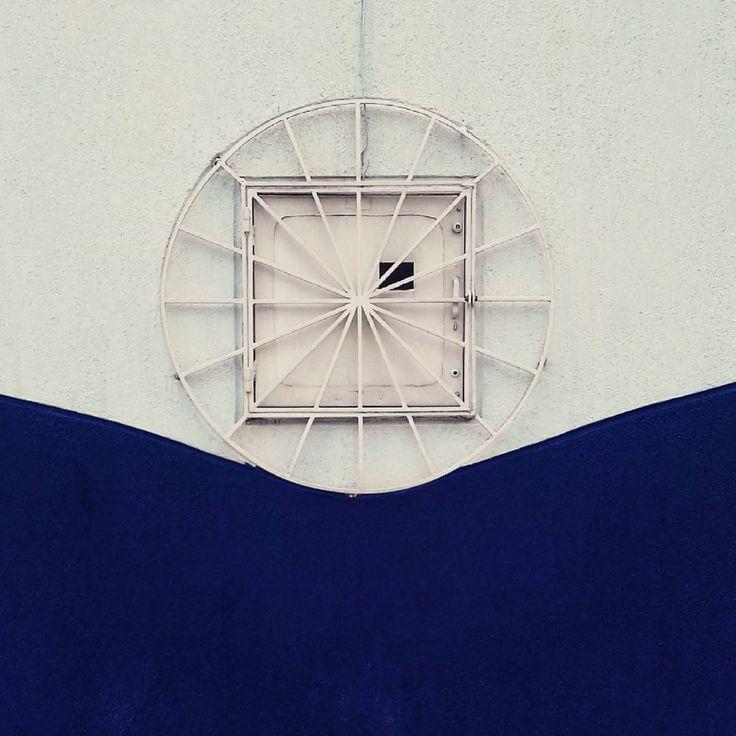 """""""Mi piace"""": 14, commenti: 1 - paulocesar (@paulocesarphotos) su Instagram: """". . . . . #bogotá #fachada #pared #blanco #azul #cuadrado #círculo #geometría #composición…"""""""