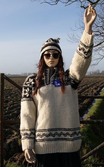 Alie draagt hier een Noorse trui | gevoerd, met mooie ingebreide patronen. Prijs: €89,50 te koop op www.annaswebshop.nl