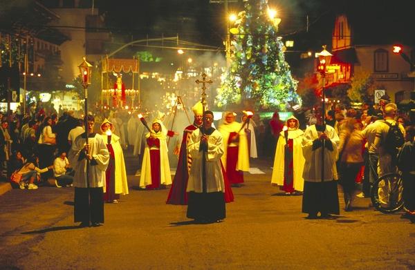 Festa da Páscoa em Gramado - RS  http://perlbal.hi-pi.com/blog-images/360317/gd/1267713976/PASCOA-EM-GRAMADO-RS-FE-E-EMOCAO.jpg