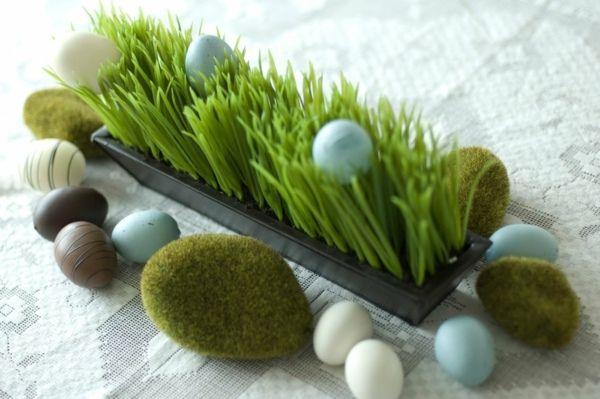 jardinière d'herbe synthétique et oeufs en chocolat
