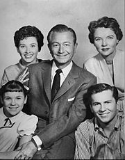 "Father Knows Best cast photo 1962 -      James ""Jim"" Anderson, Sr.–Robert Young     Margaret Anderson–Jane Wyatt     Betty ""Princess"" Anderson–Elinor Donahue     James ""Bud"" Anderson, Jr.–Billy Gray     Kathy ""Kitten"" Anderson–Lauren Chapin  The series began on CBS on October 3, 1954.  A total of 203 episodes were produced, running until September 17, 1960."