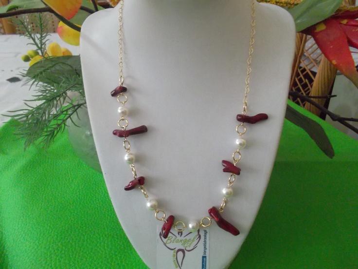 Collar elaborado con cadena de gold field perlas y corales
