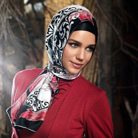 Foto : Hijab turki umumnya memiliki pattern ramai dipadu dengan baju yang senada atau satu warna saja. | Vemale.com, Halaman 9
