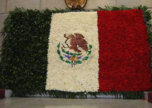A bandeira Mexicana feita de flores e folhas