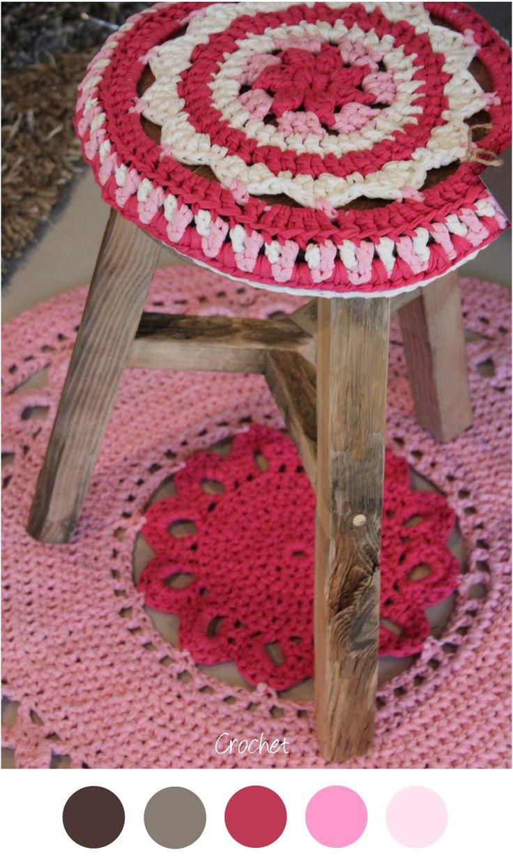 Kleurenpalet: roze, wit. Hoesje en vloerkleed haken in twee tinten roze en wit. Leuk voor een meisjes slaapkamer.