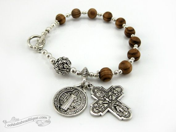 Saint Benedict Medal catholic Rosary bracelet di OohlalaBeadtique