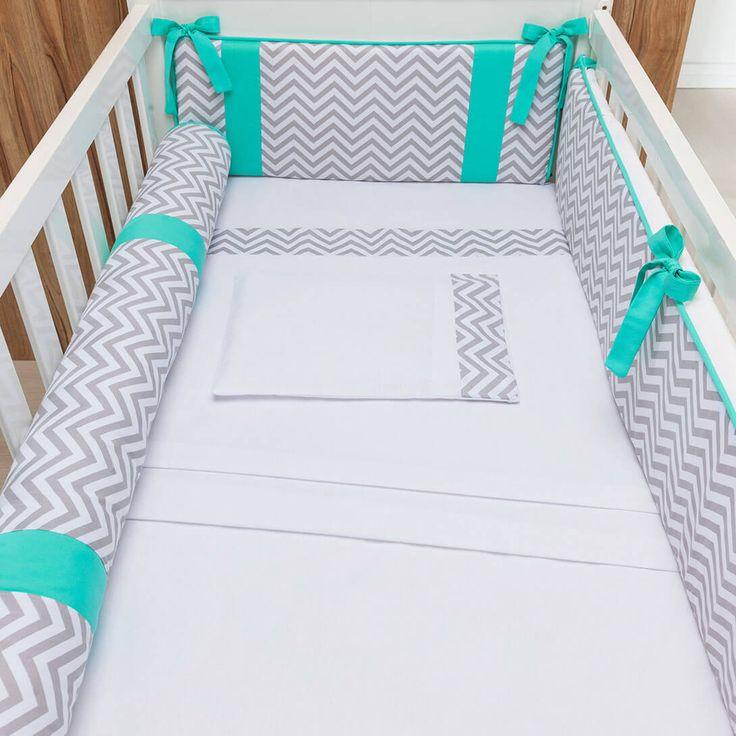 O Kit Berço Chevron Contemporâneo Tiffany é um modelo de kit berço super moderninho, do jeito que a gente adora! Com detalhes em verde azulado, também conhecido como turquesa ou tiffany, esse kit berço vai dar um show na decoração do quarto de bebê unissex!