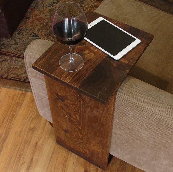 Handgefertigte Tablett Tisch stehen. Die perfekte Ergänzung zu einem Sofa Sessel in Haus, Wohnung, Eigentumswohnung, oder Mann Höhle.  Es wurde abgeschliffen, anschließend gebeizt und versiegelt mit einem dunklem Nussbaum-Finish.  Der Ständer ist freistehend und kann überall eingesetzt werden, um das Haus herum.  Non-Marking, rutschfeste Gummifüße sind auf der Unterseite der Basis installiert.  Dieses Stück beinhaltet nicht die Zubehörteile, wie auf den Bildern gezeigt.  Die Farbe der…
