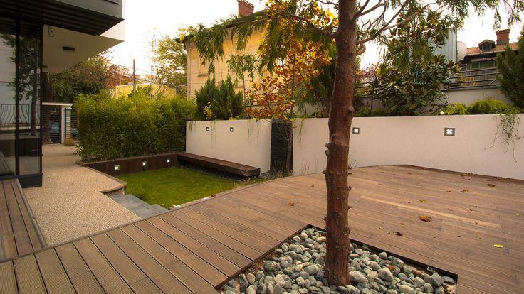 In strada G Dem Teodorescu Beneficiarul unei case contemporane a dorit amenajarea unei gradini mici cu ziduri si jardiniere, cu deck din lemn si bambus.