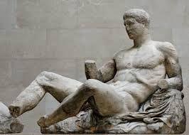 Frontone del Partenone con probabilmente Dionisio ; 435 a.C, circa; scultura a tutto tondo su marmo Pentelico; Londra, British Museum.