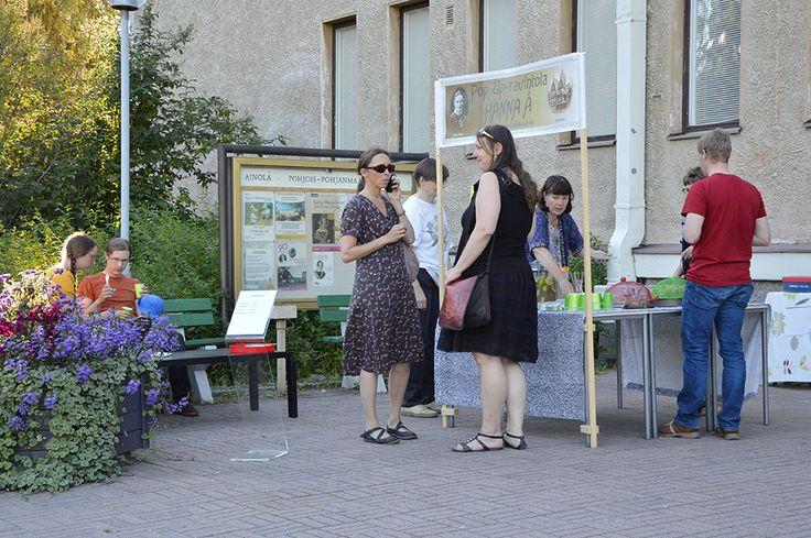 Kahvila Hanna Å palvelee Taiteiden Yönä Pohjois-Pohjanmaan museon edustalla. Tarjolla on monenmoisia suussasulavia herkkuja. Luuppi, Oulu (Finland)