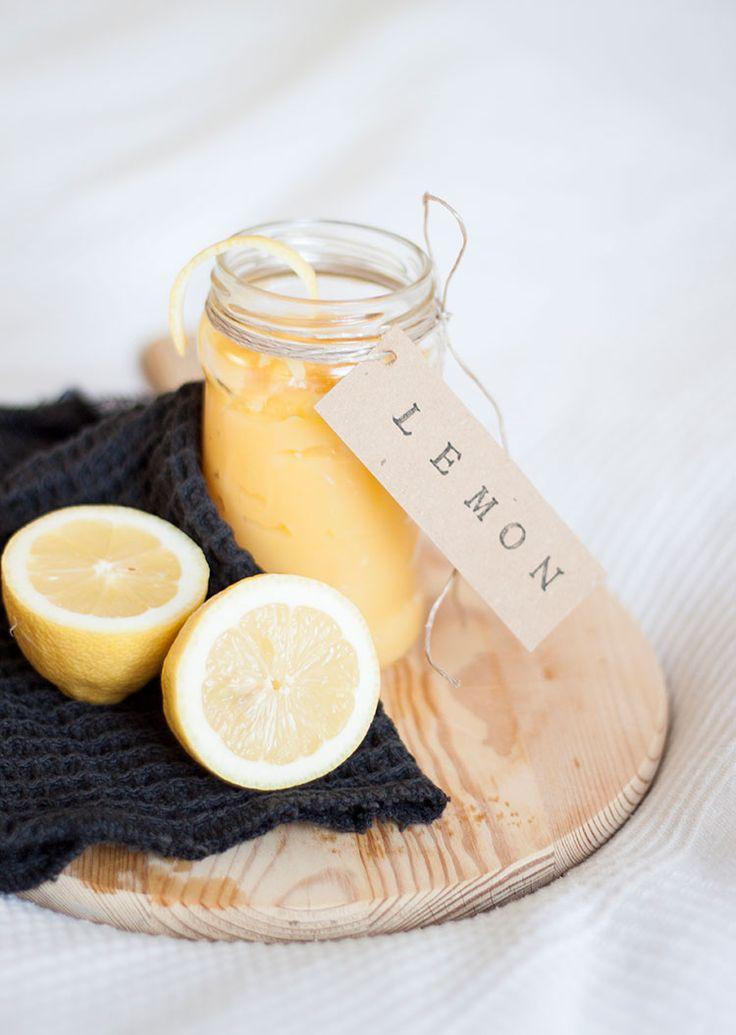 [ Syrlig & söt lemoncurd ] 3 citroner / 1½ dl socker / 50 g smör / 1 msk maizena / 2 hela ägg + 2 extra äggulor. { Metod } Pressa två av citronerna i kastrull, riv ner skalet. Tillsätt socker, smör, sjud samman. Sila vätskan. Pressa saften från den andra citronen i liten skål, red det m maizenan. Rör i maizenablandningen i vätskan. Vispa ägg + äggulor i bunke, rör ner. Sjud på svag värme t krämen tjocknar. Svalna, häll upp i burk.