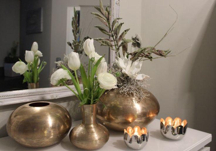 TD158 – Vasen und Blumenteelichter aus Metall! Kugelvase Metall Kupferfarben 59,90€ ( Preis ohne Blumen) Durchmesser 28cm Höhe 18cm Kugelvase 39,90€ Durchmesser 21cm Höhe 13cm Teelicht 10x6cm 6,90€ Teelicht 8x6cm 4, 90€ Vase Metall kupfer 16,90€ Höhe 15cm