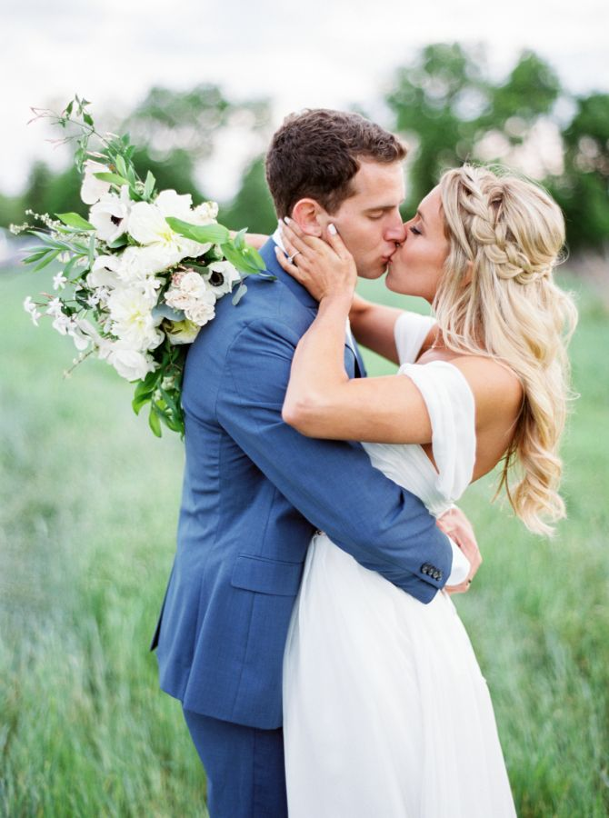Sweet kisses between the bride and the groom: http://www.stylemepretty.com/texas-weddings/austin/2016/08/04/organic-spring-wedding-in-texas/ | Photography: Jen Dillender - http://jendillenderphotography.com/
