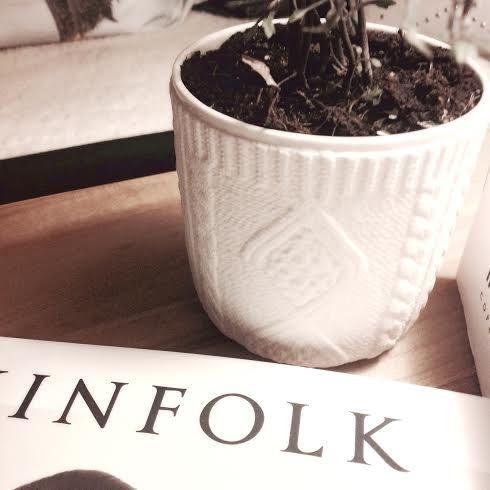 The perfect match: Kinto & Kinfolk Naturen er en stor trend, og potteplanterne er for alvor igen tilbage i boligindretningen. En smuk hvid krukke som skabt til den lyse nordiske bolig, vi kalder det fashion-interiør. Skjuleren fra japanske Kinto fås i 2 mønster varianter: Couture Knit eller Couture Lace #kinto #pottery #japanesedesign #potteskjuler #greenliving #houseofbk
