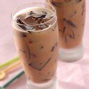 Cincau yang biasa diolah sebagai campuran es, ternyata enak dipadu dengan teh dan susu. Rasa kenyal-kenyal legit cincau diselingan gurih, manis dan wangi teh susu. Slurrp..sedap!