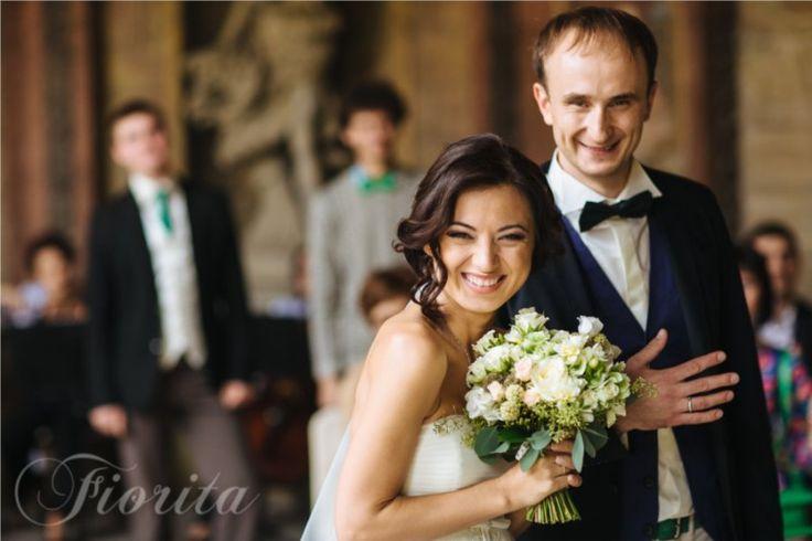 Kytice nevěsty z růží, scabiosy a třezalky