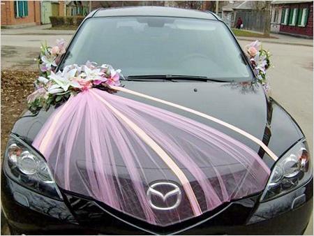 Красивое украшение капота свадебной машины