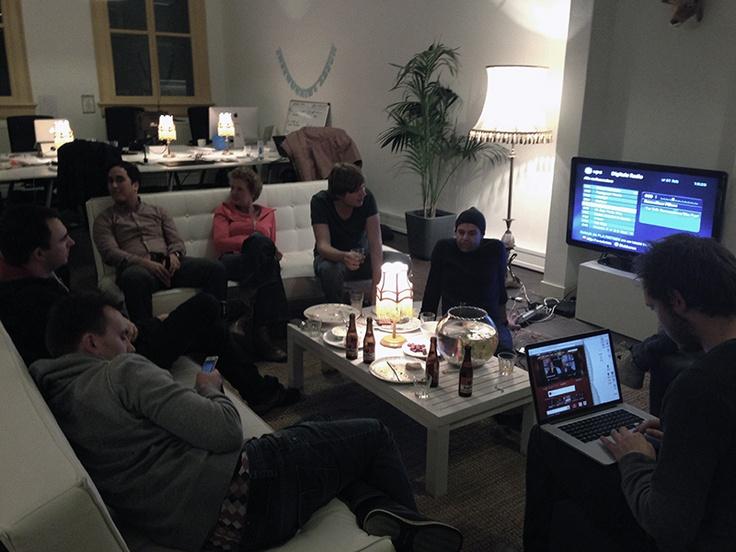 #MENSEN – Bij het opstarten van SUE werkten er 4 mensen, natuurlijk de oprichters en Louk Derks die van uit Boondoggle mee ging. Een klein jaar later zijn we de tien werknemers al gepasseerd en starten er binnenkort weer wat stagiaires. Wat mooi is dat iedereen gemotiveerd is elkaar beter te maken en persoonlijke ego's worden aan de kant gezet voor het gemeenschappelijke doel samen een uitstekend eindresultaat te bereiken.