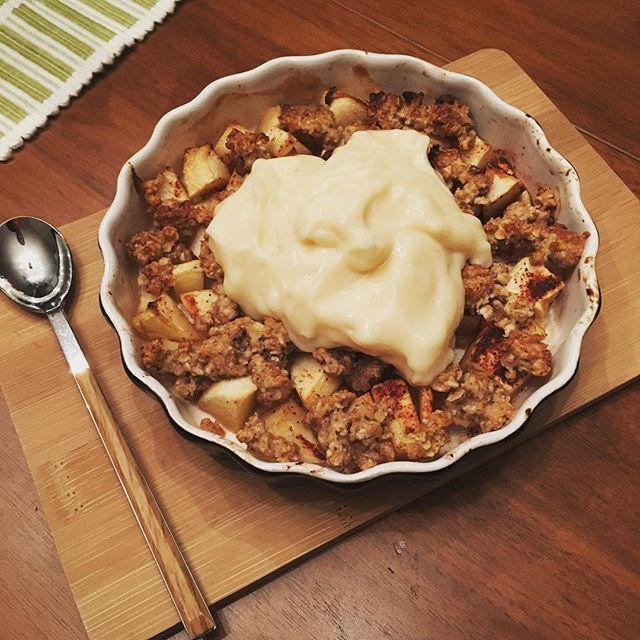 Hembakad äpplepaj med propud vanilj till kvällsfika 🍎👅 ➡️www.halsogrubblaren.blogg.se Smulpaj äppelpaj