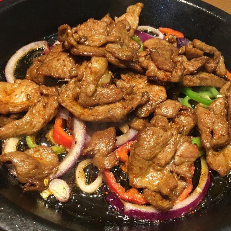 いいね!87件、コメント1件 ― 酒徒さん(@shuto_boozer)のInstagramアカウント: 「義妹の上海最後の夜は「羊が食べたい!」のリクエストにお応えして新疆料理。定番の孜然羊肉(羊肉のクミン炒め)は肉質もスパイスのバランスも素晴らしく、新疆ワインが大いに進んだ。#上海 #中華…」