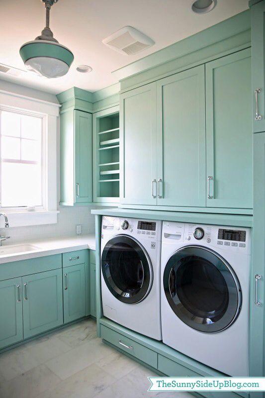 Hoge kasten bovenop wasmachine en droogkast, maar zeker andere kleur!
