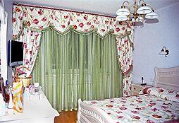 Классические шторы для спальни с ламбрекеном в стиле прованс