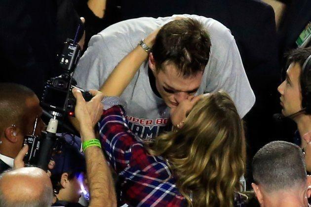 El Futbol Americano en Numeros  El beso de la más bella para el jugador más valioso Giselle Bundchen, flamante esposa de Tom Brady, quarterback de los Patriots, felicitó a su marido luego de su gran victoria en el Super Bowl. Brady fue escogido como el jugador más valioso del partido.