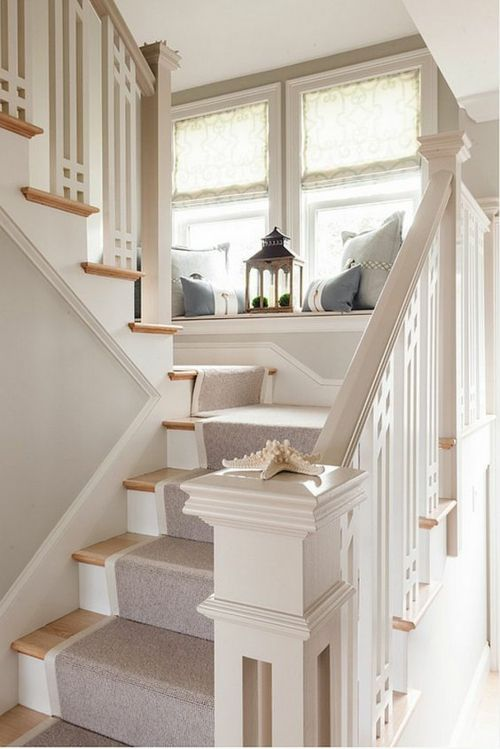 heller Treppenteppich stilvolles Treppenhausdesign Fensterbank - Laterne