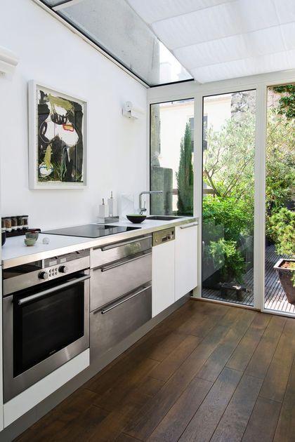 Le choix du blanc comme couleur dominante associé à la verrière donne une cuisine lumineuse et agréable à vivre