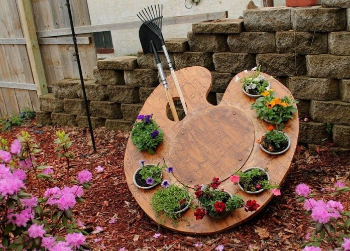 15 Excellent DIY Backyard Decoration & Outside Redecorating Plans 12 Paint Pallet in the Garden