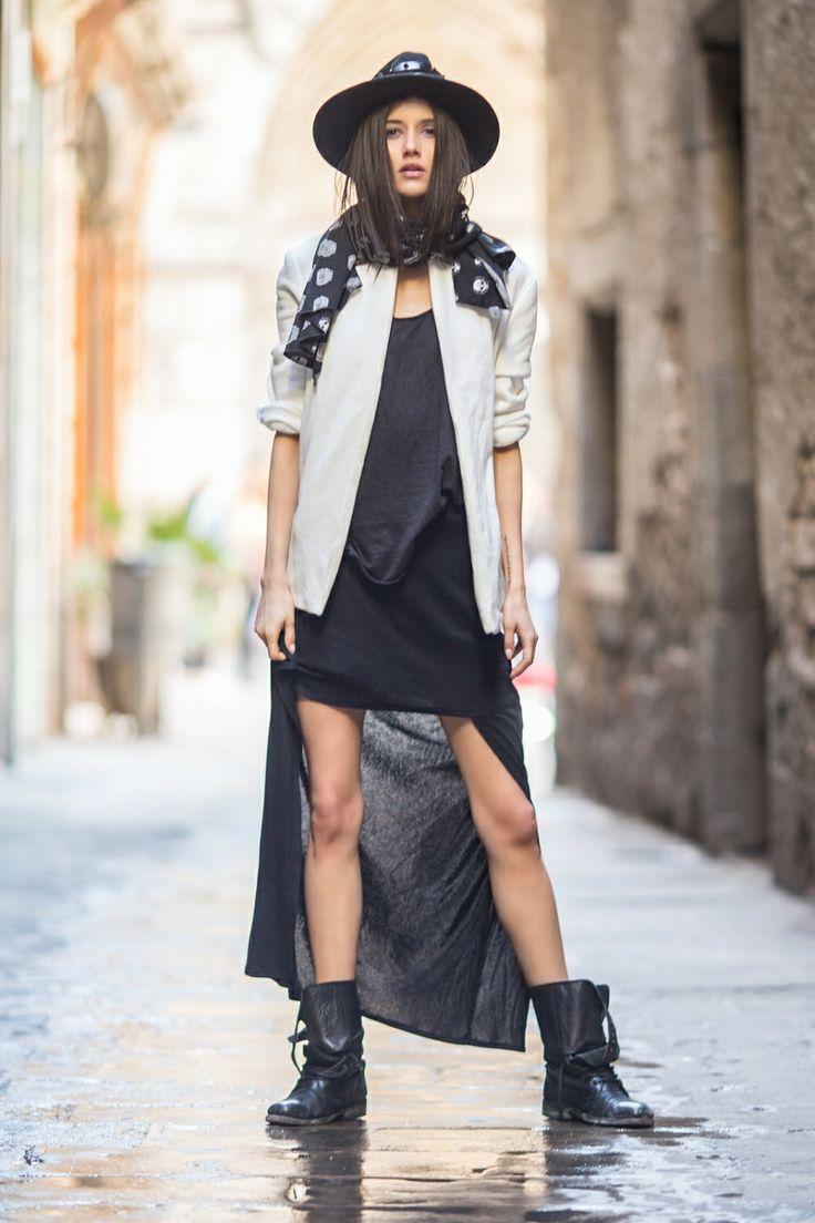 Spódnica z czarnej spranej bawełny o ciekawym kroju - krótszy przód eksponuje nogi i nadaje stylizacji charakteru, spódnica z przodu profilowana. Do noszenia z odkrytymi nogami albo na spodnie lub legginsy. Idealna zarówno dla zwolenniczek mocniejszych looków, jak i subtelnej mody.