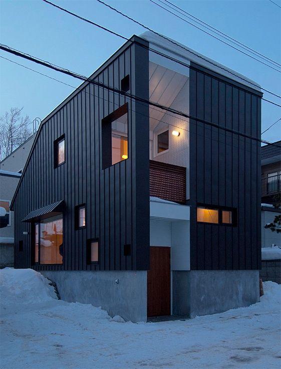 段差を繋ぐ家の部屋 カラーガルバリウム鋼板の外観 (夕景)
